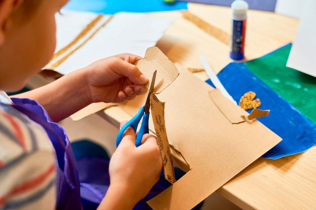 5-manualidades-con-material-reciclado-para-tu-clase--avión