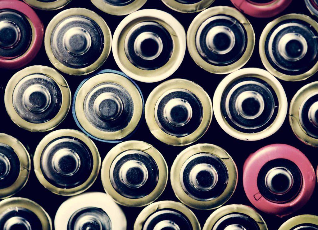 Conjunto de pilas usadas en una planta de reciclaje de pilas