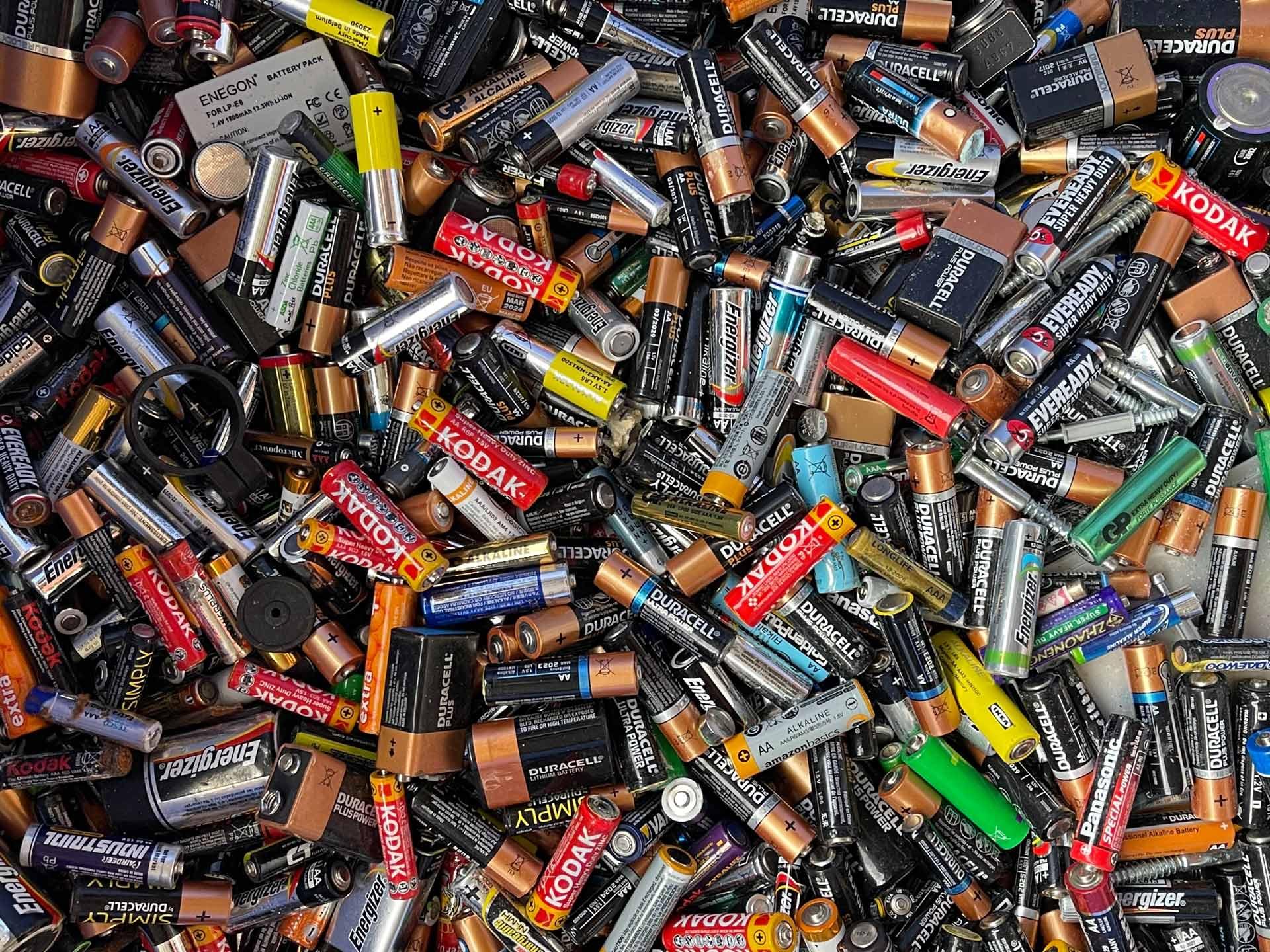 Conjunto de pilas recicladas en una planta de reciclaje
