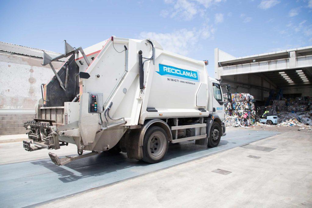 El primer paso de cómo funciona una planta de reciclaje es la recogida de basura con los camiones
