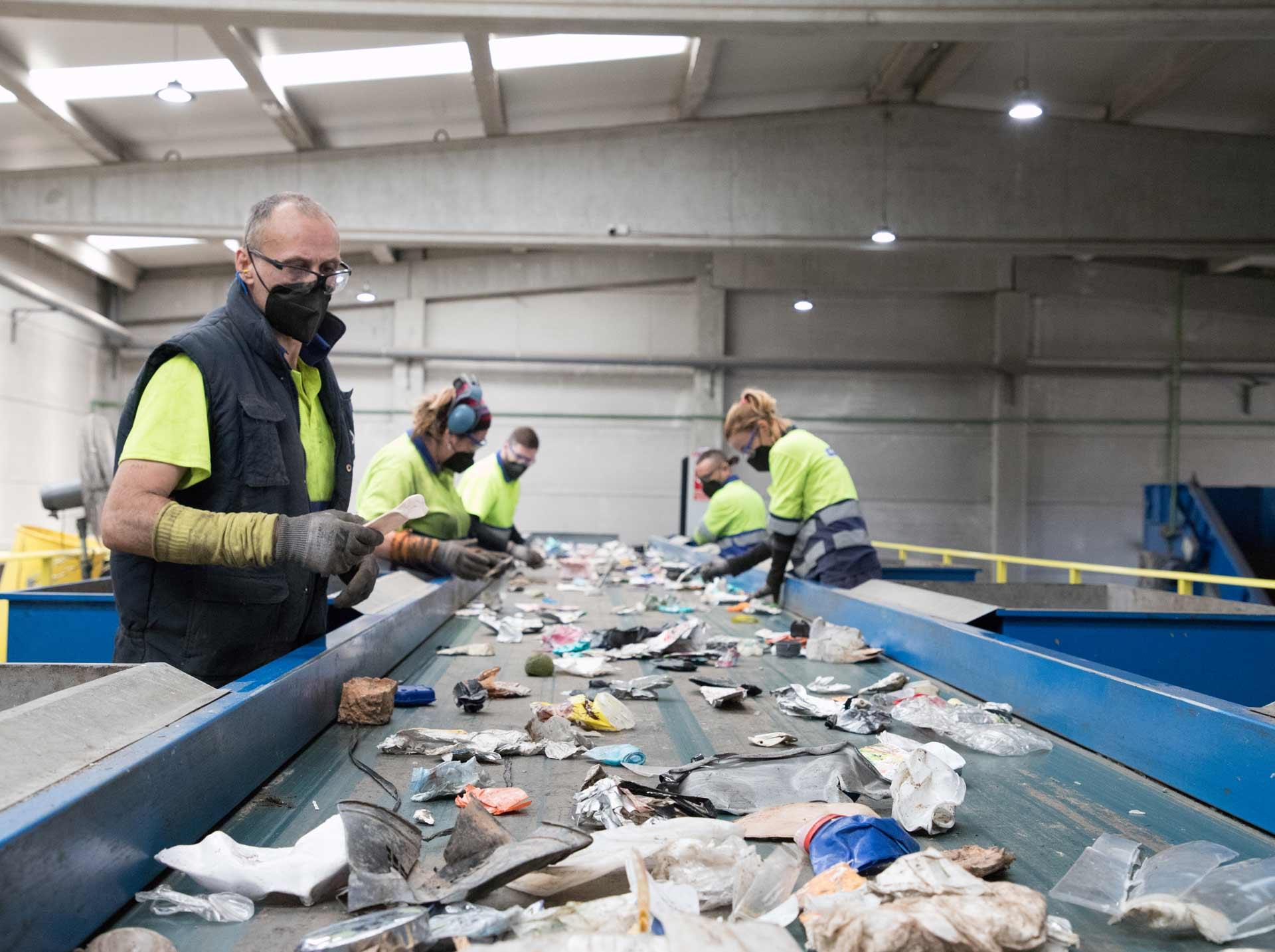 Los trabajadores de Reciclamás son esenciales para entender cómo funciona una planta de reciclaje