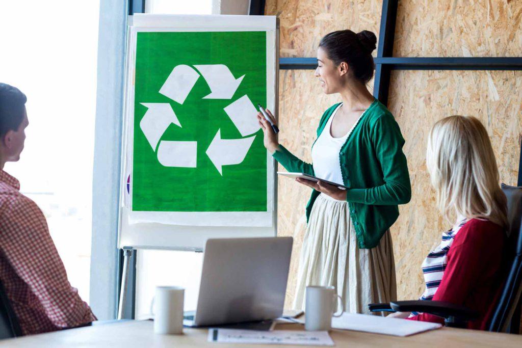 Si quieres conocer más ideas para reciclar en una empresa, las charlas y los talleres son una opción ideal.