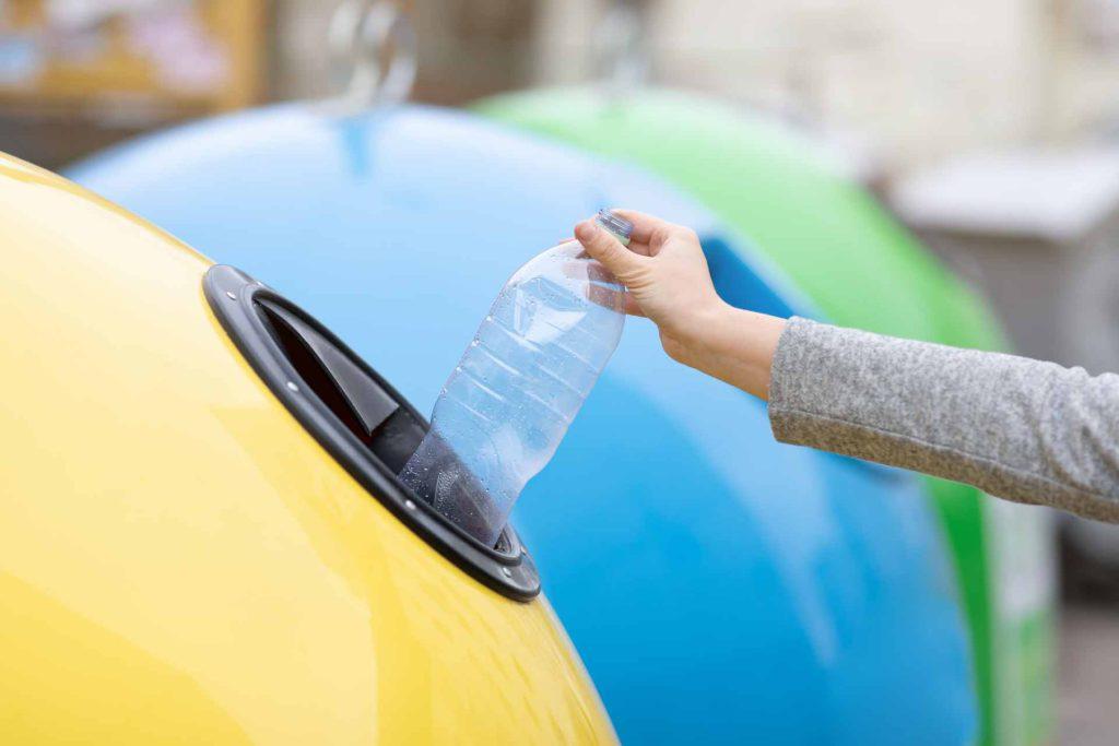 Una de las mejores ideas para reciclar en una empresa es saber a qué contenedor va cada residuo.
