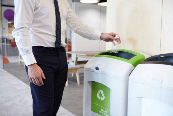 Colocar contenedores de reciclaje de manera visible es una forma perfecta para incentivar el reciclaje en tu empresa