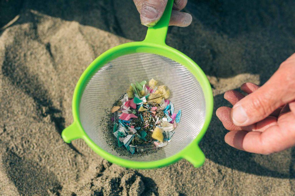 Si mencionamos las 4 consecuencias del plástico en el mar es importantísimo hacer referencia a la cantidad de microplásticos que podemos encontrar en nuestros mares y océanos.