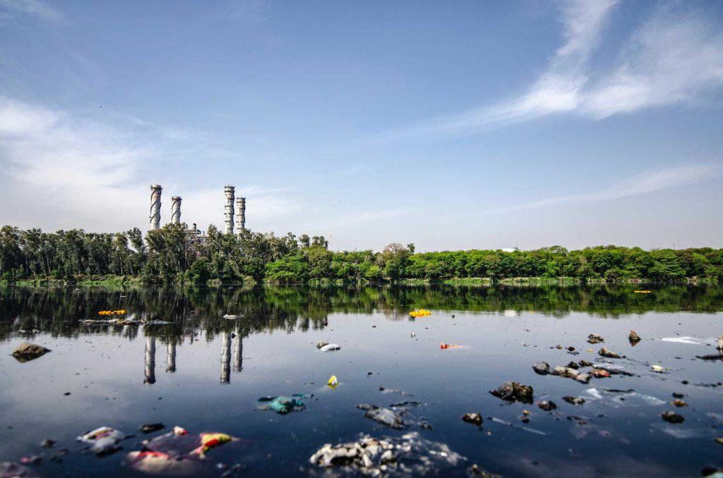 El principal peligro de los vertidos industriales en las aguas residuales es la contaminación del agua que nos llega a nuestros hogares.